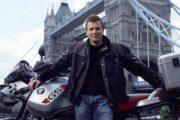 «Я сделал это и выжил»: Юэн Макгрегор исполнил трюк на мотоцикле и перепрыгнул фигурку Оби-Вана Кеноби