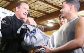 Арнольд Шварценеггер отправил 500 индеек нуждающимся жителям Лос-Анджелеса
